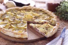 La torta rustica salata è una torta realizzata con un involucro di pasta brisé farcito con listarelle di speck, dadini di fontina e fettine di patate