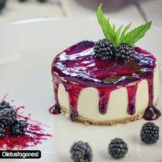 cheesecake with blackberries Köstliche Desserts, Delicious Desserts, Dessert Recipes, Yummy Food, Healthy Cheesecake, Cheesecake Recipes, Turtle Cheesecake, Nutella Cheesecake, Cheesecake Cookies