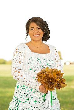 Vivan los novios y si son low cost, ¡mejor! Sabiendo lo cara que es una boda, Abbey Ramirez-Bodley se puso creativa y decidió diseñar su propio vestido de novia haciéndolo de ganchillo. Aunque tardó o