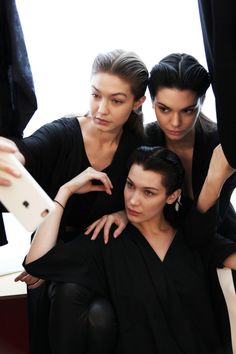 Gigi Hadid, Bella Hadid and Kendall Jenner backstage at Miu Miu Kendall Jenner Makeup, Kendall Jenner Gigi Hadid, Kendall And Kylie, Kylie Jenner, Celebrity Style Guide, Celebrity Look, Celebrity Photos, Behati Prinsloo, Hailey Baldwin