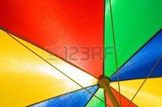 Close up Schuss von Sonnenschirm in den Primärfarben