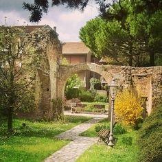 Piccoli tesori nascosti...ma proprio nascosti... Antica Porta di Venezia XV secolo presso via di Rocca Brancaleone #porte #igersravenna #ig_Ravenna #turismoer #vivoravenna by maddy16869