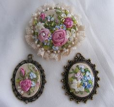 Pretty ribbonwork flowers for jewellery - brooch and pendants! ( o con porcelana fria y flores de tela)