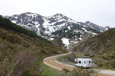 First time RV camping tips, essentials and checklists, for rental but also for RV owners. Check these camping advice for beginners that will make your motorhome trip and campervan experience more enjoyable. Find now our first time RV camping essentials. Best Travel Trailers, Travel Trailer Camping, Camping World, Rv Travel, Travel Tips, Rv Trailers, Budget Travel, Family Travel, Rv Camping Tips