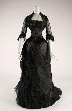 silk evening dress, 1881 - 1884 Love it! 1880s Fashion, Victorian Fashion, Vintage Fashion, Steampunk Fashion, Victorian Era, Victorian Dresses, Gothic Dress, Gothic Lolita, Gothic Fashion