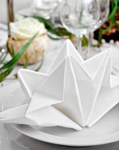 Tisch decken und Stoffservietten falten