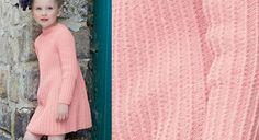 Toutes les petites filles vont adorer cette robe d'un rose délicat. Toute simple avec son encolure bateau, elle est légèrement évasée vers le bas. A tricoter en jersey endroit torse .  ...