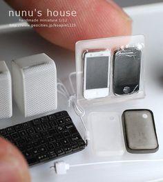 Nunu's house - mini iPhones, their cases, keyboard, & plug-in speakers Miniature Crafts, Miniature Food, Miniature Dolls, Miniature Houses, Barbie Miniatures, Dollhouse Miniatures, Doll Crafts, Fun Crafts, Crea Fimo