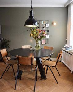 Sfeervolle eetkamer met ronde tafel en industriële looks House App, Dining Room, Dining Table, Lunch Room, Small Living, Interior Inspiration, Home Accessories, House Design, Interior Design