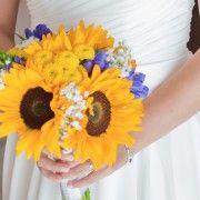 Sunflowers to celebrate love #sunflowersbouquet #weddingbouquet #girasolimatrimonio #blu&giallo_matrimonio #weddinglakeitaly