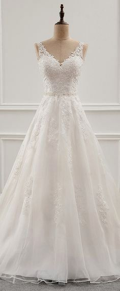 White bride dresses. All brides think of finding the most appropriate wedding, but for this they need the ideal wedding gown, with the bridesmaid's dresses enhancing the brides dress. Here are a variety of suggestions on wedding dresses.
