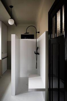 Black, white and minimal. Just the way I like a bathroom.