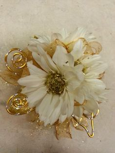 Determining Who Wears Flowers At Wedding For The Best Planning – Bridezilla Flowers Homecoming Flowers, Homecoming Corsage, Prom Flowers, Bridal Flowers, Flowers In Hair, Gold Corsage, Prom Corsage And Boutonniere, Corsage Wedding, Wrist Corsage