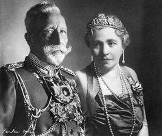 Guillaume II, dernier empereur d'Allemagne (1859-1941) et sa seconde épouse…