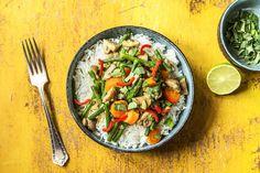 Dass Kokosmilch, Currypaste und Limette für die exotische Note sorgen ist ja bekannt. Aber das Tüpfelchen auf dem i ist das Thai-Basilikum, das für einen anis- oder lakritzähnlichen Geschmack sorgt. Thai-Basilikum wächst übrigens auch bei uns und fühlt sich auch im Topf wohl. Lass Dir unser leckeres Thermomix-Rezept schmecken!