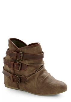 Looks like a vintage boot. Luv them! Need more outfits to match them.
