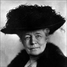 """Selma Ottilia Lovisa Lagerlöf est un écrivaine suédoise. Elle est née au manoir de Mårbacka dans le Värmland, en Suède, le 20 novembre 1858 et elle est morte le 16 mars 1940 au même endroit.  Son œuvre la plus connue est """"Le Merveilleux Voyage de Nils Holgersson à travers la Suède"""" (1906-1907). En 1909, elle a été la première femme à recevoir le prix Nobel de Littérature. ==> https://fr.wikipedia.org/wiki/Selma_Lagerl%C3%B6f"""