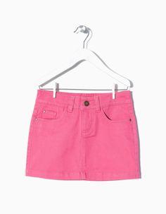 Saia em sarja algodão e elastano para menina. Cintura ajustável no interior com elástico e botão, braguilha e fecho.