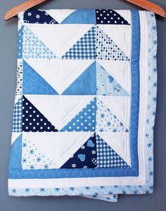 Bébé couette couverture unique et fait main, patchwork triangle bleu blanc, unisexe, pour une fille ou un garçon, tissu de coton et ouatine et minky