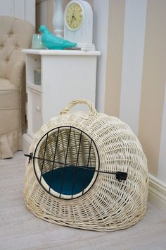 House, transporter with closing. You can use it to travel with your pet. The apartment can serve as a house, shelter, if your dog or cat wants to rest. Padded turquoise pillow with removable cover, which is easy to clean.