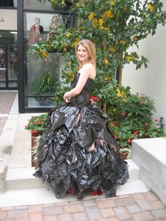 Beautiful And Creative Uses For Old Plastic Bags Recycled Costumes, Recycled Dress, Recycled Clothing, Diy Gown, Diy Dress, Trash Bag Dress, Refashion Dress, Sweater Refashion, Newspaper Dress