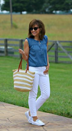22 Days of Summer Fashion-Chambray Shirt - Cyndi Spivey Chambray Shirt Outfits, White Jeans Outfit, Jeans Outfit Summer, Chambray Top, Summer Fashion Outfits, Mom Outfits, Spring Summer Fashion, Spring Outfits, Outfit Summer