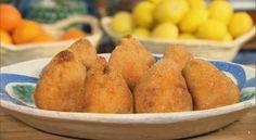 """Gli arancini ai pistacchi visti all'interno del programma Masseria Sciara sono una sfiziosa variante degli arancini siciliani classici, resi ancora più preziosi dalla presenza fra gli ingredienti dei Pistacchi di Bronte (una delle eccellenze del territorio siciliano). I palermitani non se la prendano: quelli che loro chiamano """"arancine"""" sono qui definiti arancini perchè la ricetta…"""