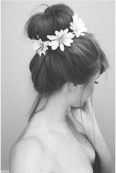 Moño con flores una tendencia