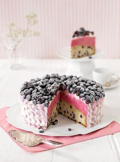 Sommerbeeren-Joghurt-Torte von Bernd Siefert. Yoghurt cake with sommer berries. © MIG/Sweet Dreams; Foto: Maike Jessen; Foodstyling: Nicole Reymann; Styling: Meike Stüber