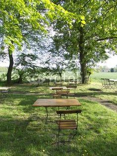 Holzstühle und Holztische in einem Gartenlokal in Lipperreihe bei Bielefeld im Teutoburger Wald in Ostwestfalen-Lippe