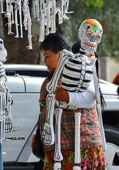 Skeleton shopping in Coyoacán Mexico Day Of The Dead, Day Of The Dead Art, Halloween Scarecrow, Fall Halloween, Halloween Crafts, Mexican Crafts, Mexican Folk Art, Horror Masks, Paper Mache Sculpture