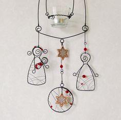 Svícen závěsný - Betlém Drátovaný závěsný svícen - Betlém (53cm+27cm řetízek) Drátovaná vánoční dekorace ze železného drátu. Betlém s Josefem, Marií a malým Ježíškem. Závěsný svícen je zdobený čirými a červenými korálky. Je doplněn keramickými vločkami od keramiky Ája. Zavěste nad jídelní stůl pro úžasnou atmosféru, jako vánoční, zimní ...
