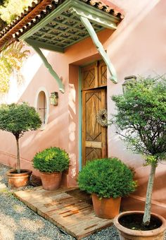 Peachy stucco house exterior - Spanish home - A CASA DE UMA ARTISTA