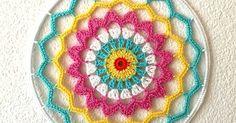 El efecto que proyectan estos mandalas en el material que sea que estén hechos nos tienen a todos encantados, y es que son tan sencillo... Crochet Dreamcatcher, Crochet Collar, Crochet For Beginners, Photo Tutorial, Chrochet, Doilies, Decoration, Dream Catcher, Diy And Crafts