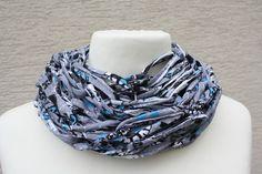 #Loop #Wickelschal #Textilgarn #hellgrau #jeansblau #Loopmania Hier ein Exemplar aus der Kollektion Loopmania aus der Gruppe der Wickelschals. Diese werden aus dickerem Garn mit einer speziellen...