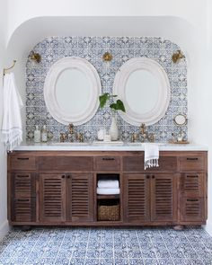 This Jaw-Dropping Spanish Revival Is Our Dream Home - Isa R. Huerta - This Jaw-Dropping Spanish Revival Is Our Dream Home This Jaw-Dropping Spanish Revival Is Our 2018 Dream Home Spanish Style Bathrooms, Modern House, Bathroom Styling, House Interior, Spanish Interior, Bathroom Decor, Beautiful Bathrooms, Colonial Style, Colonial Style Homes