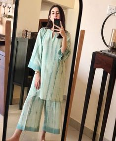 Pakistani Fashion Casual, Pakistani Dresses Casual, Indian Fashion Dresses, Pakistani Dress Design, Indian Designer Outfits, Kaftan Designs, Kurta Designs Women, Stylish Dresses For Girls, Stylish Dress Designs