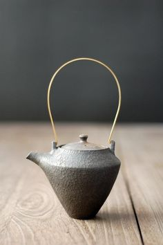 Tea pot by Shinobu HASHIMOTO, Japan i find myself staring at this..beautiful proportion.as if even the worst tea would become magic if steeped in this pot.