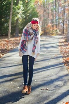 Weißer Oversize Pullover, Dunkelblaue Enge Jeans, Braune Wildleder Stiefeletten, Roter und weißer Schal mit Schottenmuster für Damenmode