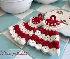 Dress potholder – free crochet pattern – Melarossa creazioni It's been a while that the pattern of this potholder was waiting to be written and I finally succeeded. This is a pattern of my mother for which she was inspired by a potholder received as a … Crochet Gifts, Crochet Dolls, Free Crochet, Crochet Potholder Patterns, Crochet Dishcloths, Crochet Towel Topper, Crochet Hot Pads, Crochet Patterns For Beginners, Crochet Accessories