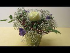 """In diesem Beitrag stellt euch """"Deko Ideen mit Flora-Shop"""" ein Flach aufgebundenen Frühlingsstrauß vor. Hierfür benötigt ihr: Weidenäste, Schleierkraut, Ruscus, drei Fresien und eine weiße Rose. Zu …"""