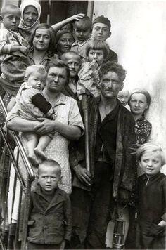 """""""Egy pécsi bányamunkás a családjával"""" - 1930-as évek."""