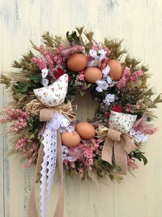 Slepice 1+1 ... :-) April Easter, Easter Sale, Easter Wreaths, Christmas Wreaths, Spring Wreaths, Wire Crafts, Diy And Crafts, Easter Crochet, Button Crafts