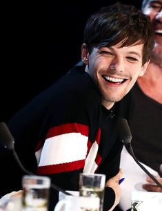 Image about one direction in louis tomlinson💥 by sofia Liam Payne, Louis Tomlinsom, Louis And Harry, Rebecca Ferguson, Larry Stylinson, Zayn Malik, Gifs Musica, One Direction Pictures, Louis Williams