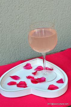 Suc de trandafiri reteta de trandafirata pas cu pas   Savori Urbane Refreshing Drinks, Wine Glass, Alcoholic Drinks, Urban, Homemade, Tableware, Syrup, Recipies, Dinnerware