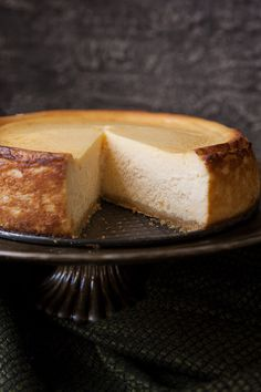 Classic New York Cheesecake is a heavenly cloud of silky perfection. Rich creamy and ethereally light this tall and proud cheesecake is crowned with stunning browned edges and sits atop a buttery crunchy shortbread crust. Köstliche Desserts, Delicious Desserts, Dessert Recipes, Cheesecake Recipes, New York Baked Cheesecake, Homemade Cheesecake, Lemon Cheesecake, Savoury Cake, Fabulous Foods