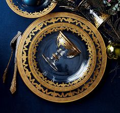 Extreme elegance, exquisite dinnerware for your table. Arte Italica's popular Vetro Gold Dinnerware is meticulously hand-crafted by skilled Italian artisans using mouth-blown glass and 18-karat gold. The lacy golden border is first intricately etched, then hand-painted. Vetro Gold sets a stunning table when combined with our new Florentine Gold collection.