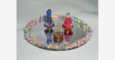To make the tray, I glued seed beads around the edge of a small mirror. Miniature Bottles, Miniature Crafts, Diy Doll Room, Minis, Bead Bottle, Vitrine Miniature, Diy And Crafts, Paper Crafts, Diy Barbie Clothes