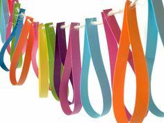 Begeleide of zelfstandige activiteit - Slinger maken van repen. Tip: je kunt deze ook laten knippen meteen goede knipoefening! Ook leuk met een kartel-golfschaar!