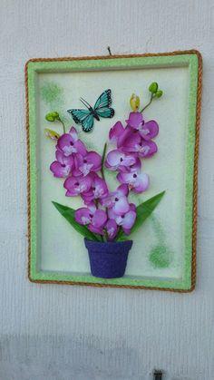 Quadro com orquídeas e borboleta  artificiais, tela jateado com areia colorida e moldura com corda de  sinsal